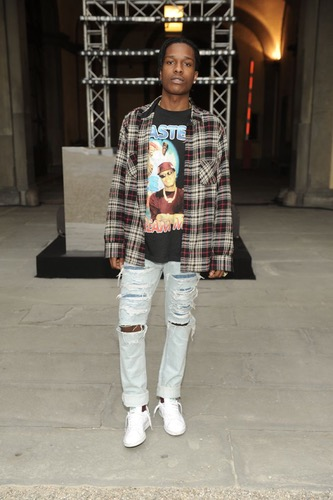 low priced 4b2e3 b2a58 Women and Men usually wear ripped jeans, designer... | Sutori